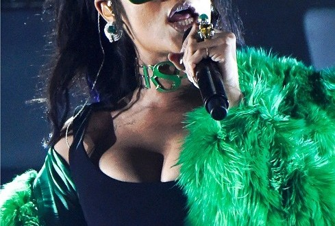 Rihanna-collection-magazine-versace-489x472