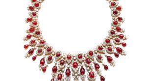 Fabulous necklace by Van Cleef & Arpels, 1971. Formerly in the collection of Princess Salimah Aga Khan, the jewel features a stunning array of cabochon rubies, the large majority of which are of Burmese origin. The central part of the necklace can be detached and worn as a brooch.